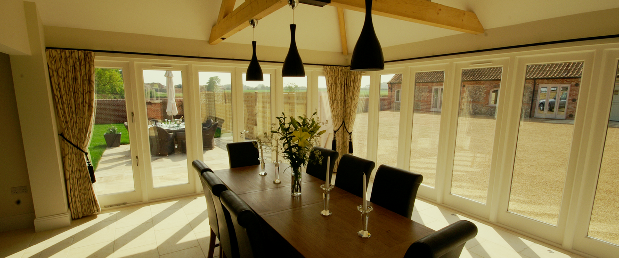 The lodge - table with garden view - slider image